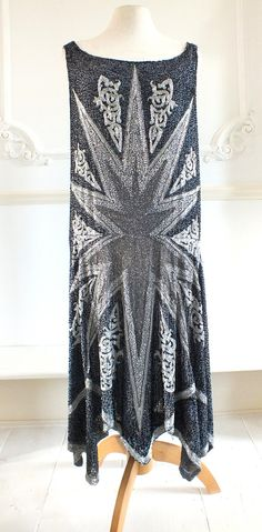 Thos beaded flapper dress is just the ticket to wow the Gatsby crowd. 30s Fashion, Fashion History, Art Deco Fashion, Vintage Fashion, Womens Fashion, Flapper Fashion, Style Fashion, Beaded Flapper Dress, 1920s Dress