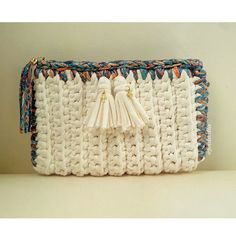 Learn how to make easy and fun DIY Christmas gift for Mom with a placemat clutch. You can buy all the supplies you need at your local dollar store. These would also make really awesome inexpensive handmade holiday gifts for grandma! Crochet Clutch, Crochet Handbags, Crochet Purses, Bead Crochet, Crochet Shoes, Crochet Bags, Diy Valentine's Gifts For Mom, Valentine Gifts For Mom, Fun Gifts