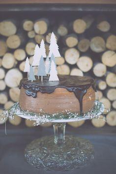 lovely tree cake topper | photo by Infraordinario http://weddingwonderland.it/2016/02/matrimonio-invernale-in-montagna.html