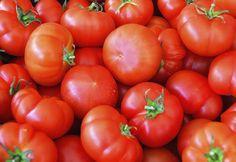 Não compre tomates verdes pois provavelmente eles não irão amadurecer. O ideal é pegar ele bem madurinho e sem machucados.