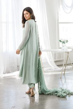 Simple Pakistani Dresses, Pakistani Fashion Casual, Pakistani Dress Design, Pakistani Outfits, Pakistani Couture, Stylish Dresses For Girls, Stylish Dress Designs, Pretty Outfits, Chic Outfits