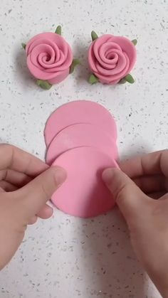 Cake Decorating Frosting, Cake Decorating Videos, Cake Decorating Techniques, Birthday Cake Decorating, Fondant Flower Tutorial, Fondant Flowers, Cake Tutorial, Fondant Flower Cupcakes, Royal Icing Flowers