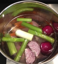 Brodo vegetale fatto in casa Deli Food, Healthy Cooking, Celery, Preserves, Asparagus, Food To Make, Sausage, Food And Drink, Soup
