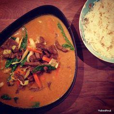 Gul karry med oksekød, grøntsager og blomkålsris - Madbanditten
