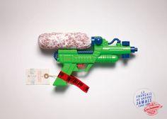 Pistolet/Cochonou: du trafic de saucisson dans les aéroports.À travers sa nouvelle campagne print, l'agence Y&R Paris dévoile les manières les plus inventives de faire passer du Cochonou à l'étranger.