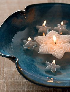 Velas flutuantes e uma bela travessa com água formam uma dupla imbatível (Decoração de Natal | Christmas decor)