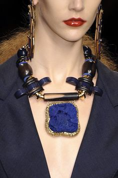 lapis framed smaller this vclumsy large Louis Vuitton Spring 2009 - Details Ethnic Jewelry, Jewelry Art, Jewelry Accessories, Fine Jewelry, Fashion Accessories, Jewelry Necklaces, Beaded Necklace, Jewelry Design, Fashion Jewelry