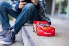 Après l'excellent BB-8 et son Forceband tiré de l'univers Star Wars, c'est au tour d'un autre univers de Disney d'avoir sa figurine interactive Sphero : Cars. Flash McQueen débarque chez Sphero Ultimate Flash McQueen débarque chez Sphero.   #Cars #Cars 3 #Disney #Sphero