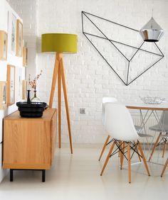 Ambiance graphique, à la fois vintage et très moderne, en blanc et bois. J'adore la composition métallique au mur.
