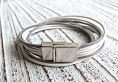 Lederarmband zum Wickeln in weiß und grau mit einem praktischen Zamak Magnet Verschluss von Charmecharming 16,00 €