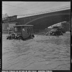 veículos em área inundada no centro de São Paulo em 1959