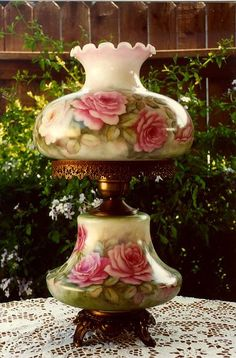 Vintage Victorian Table Lamp or so Shabby Chic. Antique Oil Lamps, Old Lamps, Antique Lighting, Vintage Lamps, Antique Decor, Victorian Lamps, Victorian Furniture, Victorian House, Victorian Era