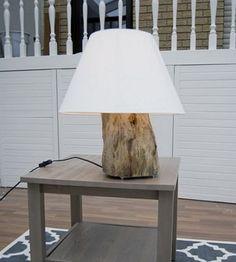 tronc d'arbre réutilisé comme  pied de lampe à poser
