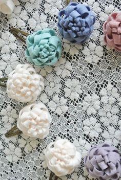 簡単!フェルトのお花の作り方 | こいとの Handmade Life Ribbon Crafts, Flower Crafts, Felt Crafts, Felt Flowers, Diy Flowers, Fabric Flowers, Diy Hair Accessories, Handmade Accessories, Handmade Crafts