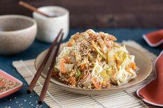 Salade tiède de chou chinois, vinaigrette au wasabi (pimenté) Easy Cooking, Vinaigrette, Japchae, Kale, Ethnic Recipes, Food, Chinese Cabbage, Sprouts, Greedy People