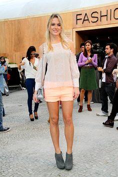 Fiorella Mattheis combinou short com ankle boot para ir ao Fashion Rio