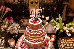 Bolo Naked de 4 andares, com frutas vermelhas com topo de bolo  feito com fotos polaroid. Casamento na Casa Panamericana | Tamara + Augusto | Vestida de Noiva | Blog de Casamento por Fernanda Floret