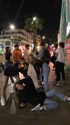 @ olysrz🌙 - Oly Bassi🌙 - Source by joanaedelmann friend cute Cute Friend Pictures, Friend Photos, Funny Pictures, Cute Friends, Best Friends, Friends Change, Drunk Friends, Shooting Photo Amis, Best Friend Fotos