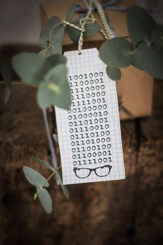 """Geburtstag im Binärcode --- Auf den Anhänger steht übrigens """"Happy Birthday"""", nur für den Fall, dass euch das nicht auf Anhieb ins Auge gefallen ist, höhö. Man kann aber auch ganz einfach eigene Texte in den Binärcode übersetzen, dazu gibt man z.B. auf thematrixer.com seinen Gruß ein und erhält dann die magische Nullen-und-Einsen-Kombination."""