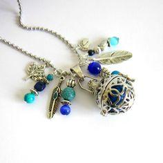 Bola de grossesse argenté et bleu, cadeau femme enceinte, pierres de gemme, perles de verre, plume, chouette, chaîne à billes : Collier par color-life-bijoux