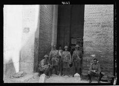 فوة بريطانية تحري باب دمشق (باب العامود) خلال أحداث الثورة  القدس، فلسطين ١٩٢٩