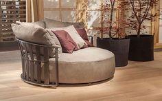 Poltrona Frau Scarlett, Göz alıcı dairesel formu ile tüm ilgiyi üzerine çeker. ••• #bms #bmslovedesign #bmsetiler #bmsturkey #lifestyle #luxury #luxurylife  #tasarım #dekorasyon #lüks #unique #tasarımfikirleri #designideas #designer #stylish #evdekorasyonu #interiordesign #decoration #homedesign #furnituredesign #poltronafrau #armchair #scarlett #monda http://turkrazzi.com/ipost/1521602866653402463/?code=BUd0b7UF5Vf