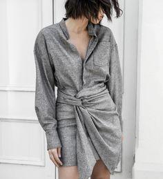 Avec sa dégaine masculine et son drapé sensuel, cette robe chemise a tout bon ! (photo Modern Legacy)