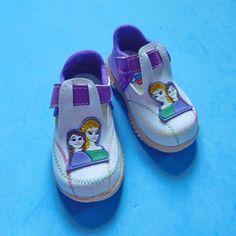 - Sepatu sendal bayi perekat ini berukuran panjang telapak 13 cm- Sepatu sendal bayi ini sangat cocok untuk bayi belajar berjalan