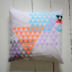 Grafisk pude | cushion | pillow | interiorbybak