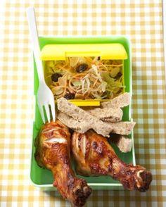 Kippenboutjes met barbecuesaus, koolsla met rozijnen (drumsticks with barbecue sauce and coleslaw with raisin) - Knack Weekend