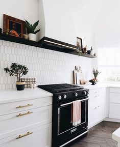 Bright White Kitchen Remodel in Austin New Kitchen, Kitchen Dining, Kitchen Cabinets, Kitchen White, Kitchen Backsplash, Midcentury Modern, Ideas Para Organizar, Home And Deco, Decoration