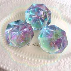 Resin gems or paperweights Plastic Jewelry, Resin Jewelry, Uv Resin, Resin Art, Diy Resin Crafts, Diy And Crafts, Tenten Y Neji, Kawaii Jewelry, Resin Tutorial