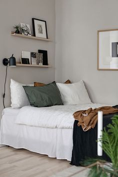 Stylish beige studio homeYou can find Teen bedroom designs and more on our website.Stylish beige studio home Deco Studio, Home Studio, Home Interior, Interior Design, Minimalist Bedroom, Home Bedroom, Bedroom Ideas, Master Bedrooms, Teen Bedroom