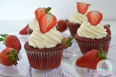 Red Velvet Cupcakes mit Erdbeer Füllung -- Red Velvet Cupcakes with strawberry filling