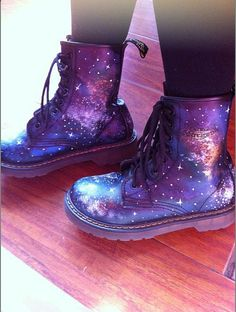 Marten Galaxy Boots for me! I want doc martens so darn bad Dr. Martens, Botas Dr Martens, Cute Shoes, Me Too Shoes, Dream Shoes, Shoe Game, Body, Shoe Boots, Ugg Boots