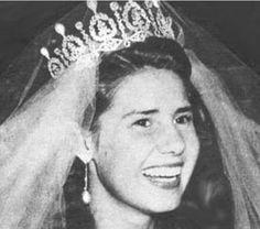 Cayetana , duquesa de Alba y descendiente por linea materna de Eugenia de Montijo, el dia de su primera boda ( casada tres veces) con la tiara de perlas y diamantes que perteneció a la emperatríz Eugenia