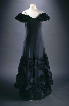 La mode retrouvée : Jeanne Lanvin, robe du soir, été 1937 Jeanne Lanvin, robe du soir, été 1937. Natté noir recouvert de tulle noir, tarlatane noire © P. Joffre et C. Pignol / Galliera / Roger-Viollet