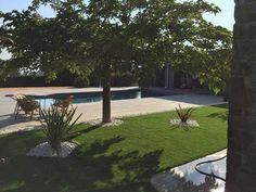 Un coin de calme autour d'une piscine classique