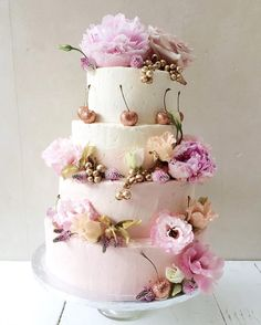Four tiers in very delicate pink ombré with pink & bronze details for the summer of love #LilyVanilliWedding - link in bio