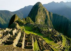 Затерянный город Мачу-Пикчу  Находится на территории современного Перу на вершине горного хребта высотой 2450 метров над уровнем моря. Удостоен звания Нового чуда света.