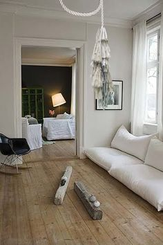 ooo i'm totally diggin these cushions on the floor...but the crooked lampshade in the next room is driving me crazy! lol