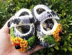 BosaBeta / Harlekýn Crochet Shoes, Crochet Baby Booties, Knit Shoes, Baby Hats, Crochet Ideas, Crochet Earrings, Slippers, Booty, Knitting