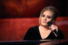 Smalto dorato sulle unghie e un elegante abito di velluto nero, Adele svela aneddoti della sua vita e incanta con la sua voce, nell'intervista esclusiva,