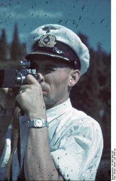 1942, Ukraine, Aloupka, Palais Vorontsov, Un officier de la Kriegsmarine prend une photo du palais |