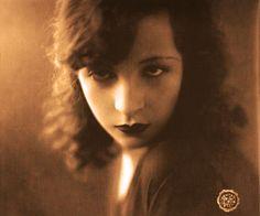 Pagu (Patrícia Galvão, 1910-1962), ou: Patsy, Zazá, Mara Lobo, Paula, G. Léa, Peste, King Shelter, Gim, Ariel, Leonnie, Pt.., K. B. Luda...