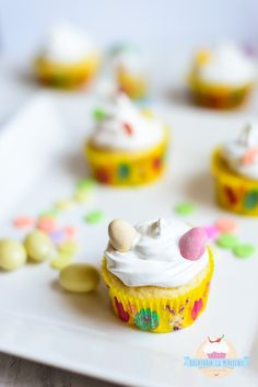 Cupcakes cu lamaie si nuca de cocos Cupcakes, Coco, Muffins, Cheesecake, Easter, Holidays, Desserts, Tailgate Desserts, Cupcake