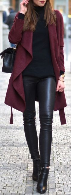 Cárdigan vino Suéter negro  Blusa negra  Pantalón de piel negro  Botines negros  Otoño invierno
