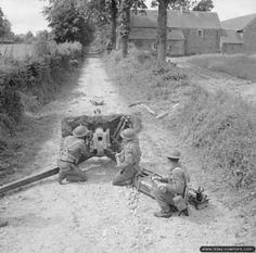 16 juin 1944 : des soldats de la 50th Northumbrian Division servent un canon anti-char QF 6-Pounder dans le secteur de Lingèvres.