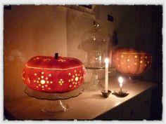 Hallo Halloween Decoraties : Halloween pumpkin on the table with some decorations stock photo