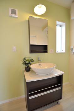 洗面化粧台にも、家具のような高いデザイン性のある、おしゃれを楽しむくつろぎ空間に。